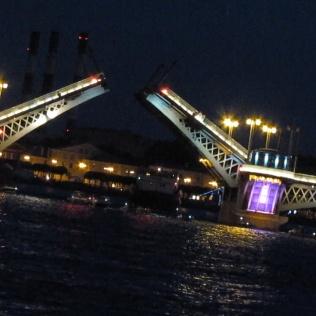 אחד הגשרים על נהר הניבה נפתח