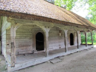 בית מגורים עם מרפסת וגג מקש 1830