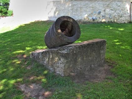מרגמה בכניסה לטירת באוסקה