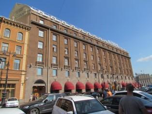 יחודו של המלון באולם אירועים מפואר והסיפור כי במפקדתו של היטלר נמצאו הזמנות לחגוג את כיבוש העיר באולם המלון.