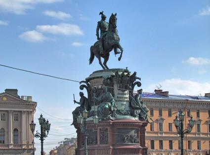 הצאר ניקולאי הראשון בכיכר סנט אייזק ומתחתיו ארבע דמויות נשיות המייצגות צדק, כוח, חכמה ואמונה.
