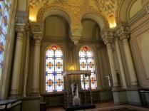 כיסא וחופה בחדר הנישואין בבית הכנסת קוראל
