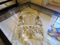 בחדר הנישואין בבית הכנסת קוראל