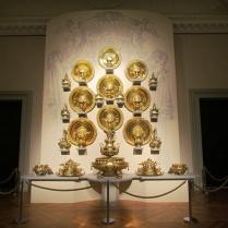 קיר של צלחות זהב
