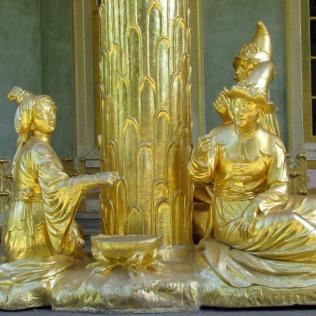 אחד הפסלים המקיפים את הביתן הסיני