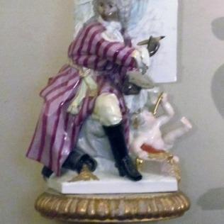 פסלון פורצלן באחד החדרים