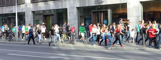 הרחובות מלאים בצועדים לכוון רחוב 17 ביוני, לראות את המשחק גרמניה-פורטוגל