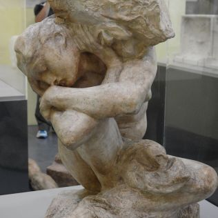 אשה קוריטית תחת האבן