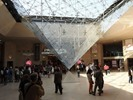 פירמידת הזכוכית מלמטה