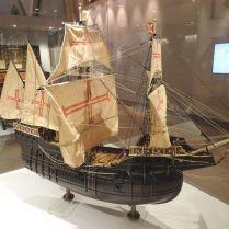 """ספינת המלחמה """"טפוריה"""" מוזכרת במאה ה-15 בקרבות בצפון אפריקה. ספינות מסוגה שמשו הן להובלת ציוד לחימה וסוסים והן ללחימה עצמה. יכלה לשאת עד 50 תותחים מסוגים שונים."""