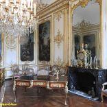 חדרו של נסיך קונדה, דוכס בורבון, לואי הנרי בשנת 1720. הרהיטים המקוריים נעלמו במהפכה והחדר רוהט מחדש על ידי דוכס אמל ברהיטים מהמאה ה-18.