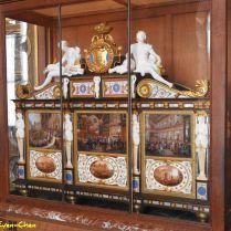 ארון זה, אשר נוצר בשנת 1840, מנציח את נישואי הדוכס מאורליאן, בנו של לואי פיליפ , לנסיכה הלנה. הושלם בשנת 1841 ומשלב עץ, דמויות פורצלן, ופאנלים מחרסינה עם סצנות המתארות שלבים שונים מטקס החתונה,