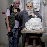 מציץ מעל כתפו של אוגוסט רודין הפסל